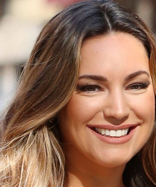 Kelly Brook : suite à sa transformation, elle exhibe ses courbes dans un bikini !
